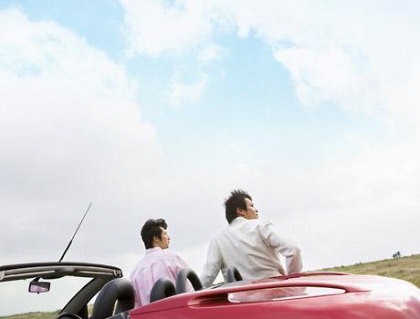 在朋友之間開車兜風